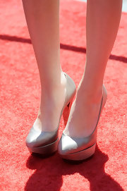 Miranda paired her strapless dress with silver platform pumps.
