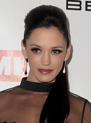 Jessica Sutta pulled her long hair back in a sleek ponytail for the 2010 Grammy party.
