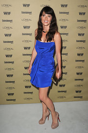 Robin paired her electric blue dress with nude pumps.