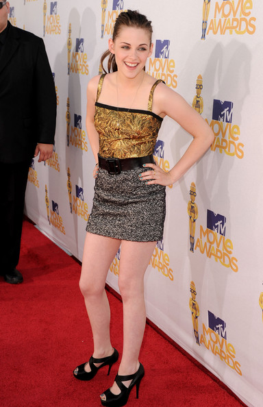 Kristen Stewart ditched her usual dark hue for a bright blue shade of polish at the 2010 MTV Movie Awards.
