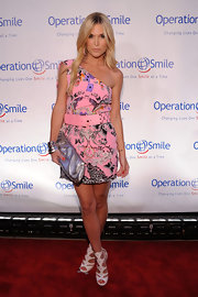 Tinsley walked the red carpet in a sweet one-shouldered, Spring 2010 belted mini dress. Her printed dress looked adorable with her metallic clutch and pink hoop earrings.
