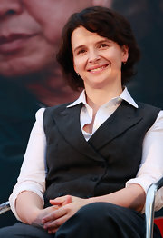 Juliette Binoche looked adorable in a short wavy cut at the Pusan Film Festival.