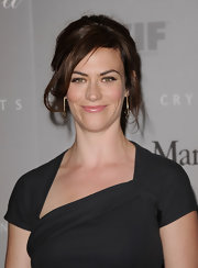 Maggie Siff wore a pair of double strand chain earrings with hoop ends at an awards night.