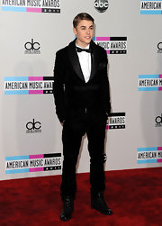 It wouldn't be a music award show without Justin Bieber! The prince of pop stepped onto the red carpet in a unique crushed velvet ensemble. Patent high-top sneakers and a bow-tie were his statement accessories of choice. The Biebs opted to wear his hair in a side-parted '50s inspired 'do. Super suave.