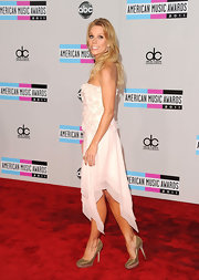 Cheryl Hines was fun and flirty in a pale pink gown topped off with golden platform pumps.