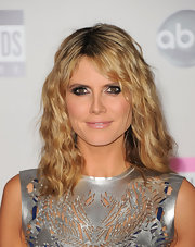 Heidi Klum wore a sexy, sparkly, metallic smoky-eyed look at the 2011 American Music Awards.