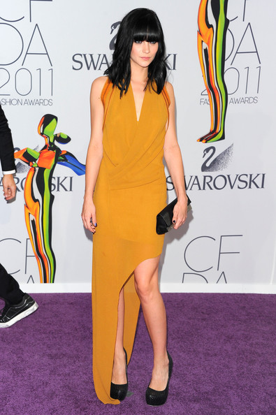 Leigh Lezark added contrast to her striking mustard gown with a black envelope clutch.
