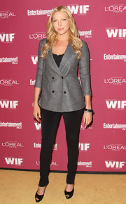 Laura looked polished on the red carpet in sharp double breasted blazer.