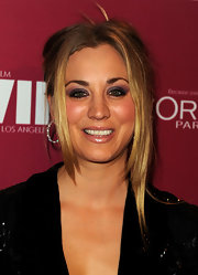 Kaley Cuoco drew attention to her hazel eyes with smoky purple shadows.