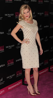 Alice Eve was sexy on the red carpet in a figure-flattering dress paired with satin pumps.