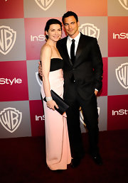 Julianna Margulies carried a sleek black satin envelope clutch to the 2011 Golden Globes.