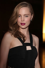 Melissa George punched up her very berry lips with side swept curls that cascaded down her shoulder.