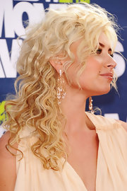 Actress Alyson Michalka attended the 2011 MTV Movie Awards wearing Luna earrings in 18-karat rose gold with diamonds and pearls.