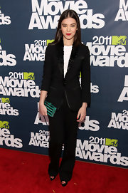 Hailee has become quite the fashion maven on the red carpet! The actress opted to play with the boyish side of fashion in a black suit for the MTV Movie Awards.