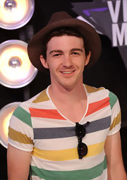This brown fedora kicked up the style factor of Drake Bell's ensemble to a whole other level.