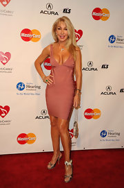 With this mauvey-pink number, Linda Thompson proved yet again that she and bandage dresses are a match made in heaven.