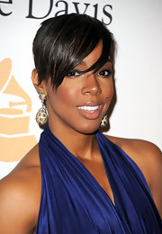 Kelly showed off major sparkle at the pre-grammy party in dangling gemstone earrings.
