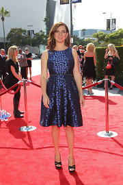 Maya Rudolph blue and black floral sleeveless cocktail dress with crystal beaded waist. Maya accessorized with strappy black heels.