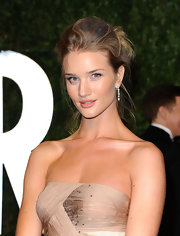 Rosie Huntington-Whiteley glammed it up with a pair of dangling diamond earrings.