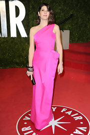 Marisa Tomei added contrast to her Oscar afterparty dress with a black Cartier Panthere Art Deco leather clutch.