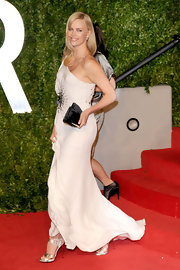 Charlize Theron gave her stunning white Oscar party dress a glam finish with a black satin clutch.