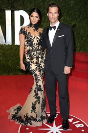 Camila Alves gave her elegantly embroidered gown the perfect finish with a black satin hard case clutch.