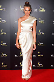 Indiana Evans attended the 2012 AACTA Awards looking like a goddess in an ivory one-shoulder gown.