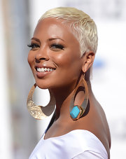 Eva Pigford topped off her look with a platinum-blonde buzzcut.