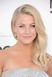 Julianne Hough's red carpet look had a touch of a retro look with this long wavy 'do with a deep side part.