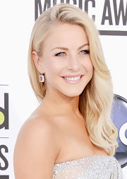 Julianne Hough arrived at the 2012 Billboard Music Awards wearing a pair of cobblestones earrings in 18-carat noble gold with rock crystal and diamonds.
