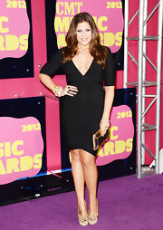Hillary Scott of Lady Antebellum knows the power of an LBD—particularly a bandage one. The deep-V was right on trend and she accessorized brilliantly with a gold mirrored clutch and embellished nude pumps.