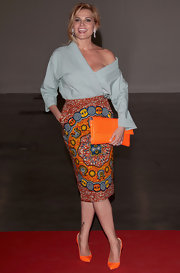Simona Ventura carried an oversize orange clutch that matched the brightness of her shoes.