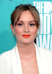 Leighton made her lips pop at the MTV Movie Awards with a red orange hue.