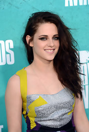 Kristen Stewart's long beachy waves were deeply side-swept at the MTV Movie Awards.