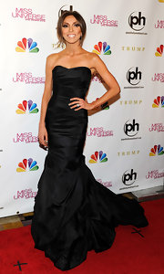 Giuliana looked timelessly beautiful and totally show-stopping in this black strapless gown at the Miss Universe Pageant.