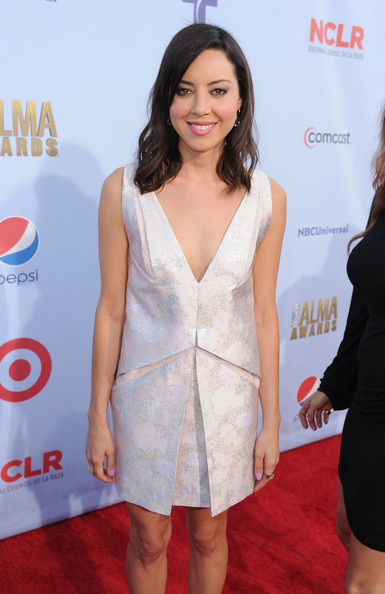 More Pics of Aubrey Plaza Medium Wavy Cut with Bangs (1 of 5) - Medium Wavy Cut with Bangs Lookbook - StyleBistro