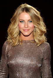 Julianne Hough attended the 2012 People's Choice Awards wearing her golden mane in voluminous waves.