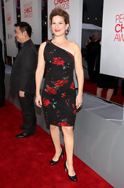 Ana Gasteyer paired her ruched floral frock with black leather pumps.
