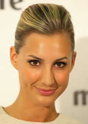 Laura Dundovic kept her makeup look simple at the 2012 Prix de 'Marie Claire' Beauty Awards wearing soft neutral shades of eyeshadow.