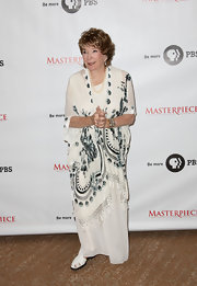 Shirley MacLaine's white dress went from simple to stylish with a black-and-white print shawl.