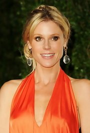Julie Bowen attended the 2012 'Vanity Fair' Oscar Party wearing a pair of rock crystal earrings in 18-carat yellow gold with diamonds.