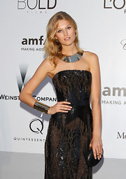 Toni Garrn decided to keep her handbag low-key by opting for a handsome leather clamshell clutch that went perfectly with her glitzy outfit.
