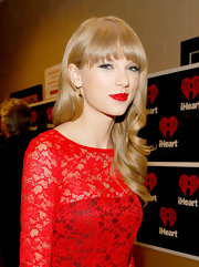 Taylor Swift mached her lips to her darling lace frock at the iHeartRadio Music Festival.