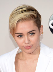 Miley Cyrus sported a simple side-parted straight 'do at the American Music Awards.