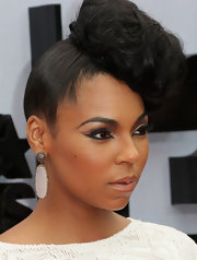 Ashanti matched her jewelry to her dress when she donned this gray and white dangle earring.