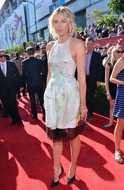 Maria Sharapova mixed retro with contemporary when she donned this sleeveless metallic frock that had hints of mint hues.