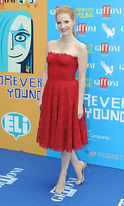 Jessica looked simply lovely in a strapless, red macrame dress with a romantic scalloped neck and a full flouncy skirt.