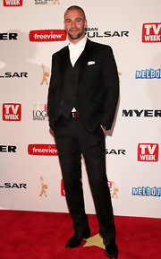 Kris Smith looked quite dapper in a contemporary three piece tuxedo with a solid white bowtie.