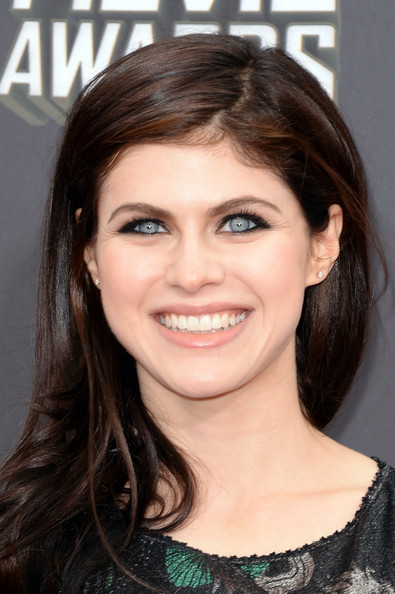 Alexandra Daddario chose a simple shiny nude gloss to top off her red carpet look at the MTV Movie Awards.