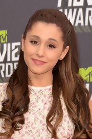 Ariana Grande chose a stunning half up, half down 'do with long piece-y curls.